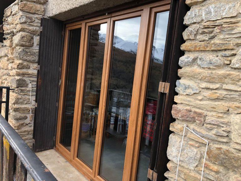 Porte fenêtre PVC finition Winchester pour une maison à la montagne